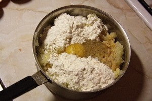 Добавить муку, яйцо, соль, перец