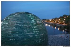 Стеклянный шар на набережной