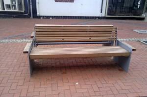 Скамейка на пешеходной улице